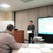 マインドマップを用いて自社の紹介を発表する浦野理事長